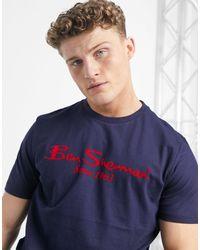 Ben Sherman – T-Shirt mit großem, beflocktem Logoschriftzug - Blau