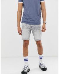 0c969ebd4513 Bershka Pantaloncini di jeans slim lavaggio acido grigio con fondo grezzo