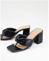 Truffle Collection Sandales à talon matelassées avec entredoigt - Noir