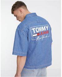 Tommy Hilfiger - Светлая Джинсовая Рубашка Свободного Кроя С Короткими Рукавами И Принтом На Спине -голубой - Lyst