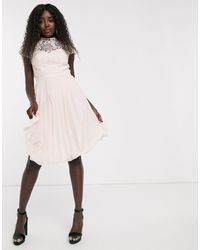 Chi Chi London - Robe mi-longue en dentelle avec jupe plissée - Lyst