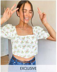 Reclaimed (vintage) Inspired - blouse effet corset à manches courtes et à petites fleurs - Blanc