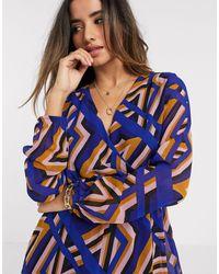 Vero Moda – Wickelkleid mit geometrischem Muster - Blau