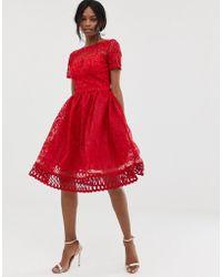 12c7eff241 Chi Chi London - Vestido de graduacin de encaje rojo con bajo calado  premium de -