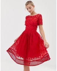 Chi Chi London Vestido de graduación de encaje rojo con bajo calado premium