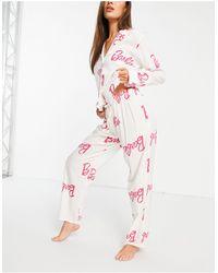 ASOS – Pyjama-Set aus Hemd und Hose mit durchgehendem Barbie-Print aus 100% Modal - Weiß
