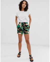 ONLY – Shorts mit tropischem Muster - Grün
