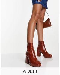 ASOS Era - stivali con tacco alto e plateau color cuoio effetto coccodrillo - Marrone