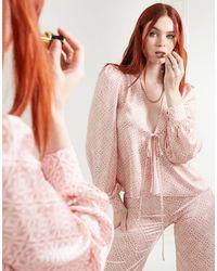 Never Fully Dressed – satin-bluse mit bindedetail vorn, rüschen und farblich abgestimmtem kachelmuster, kombiteil - Pink