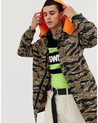 6000122b1d Lacoste L!ive - Lacoste L!ve Camo Hooded Longline Jacket In Green -