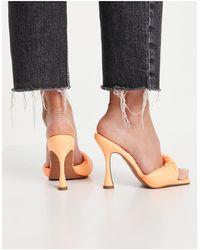 ASOS – Niki – Pantoletten mit hohem Absatz und gezwirbeltem Polsterriemen - Orange