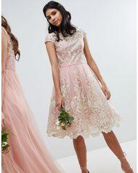 Chi Chi London Vestido de graduación a media pierna de encaje con cuello bardot Premium - Rosa