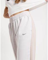 Nike - Joggers color block neutro con logo metallizzato - Lyst
