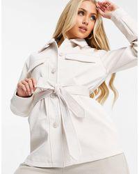 Threadbare – brooke – hemdjacke aus pu mit schlangenmuster und bindegürtel - Weiß