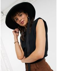 ASOS T-shirt comoda nera senza maniche con spalle imbottite - Nero