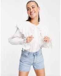ASOS Blusa color marfil con cuello extragrande bordado y volantes - Blanco