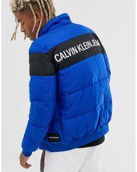Calvin Klein Plumífero en azul con raya en el pecho