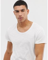 Jack & Jones – Essentials – Lang geschnittenes T-Shirt mit U-Ausschnitt - Weiß