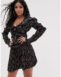 PrettyLittleThing Minivestido con falda plisada, ribete calado y estampado - Negro