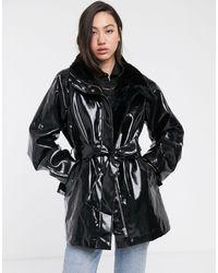 Weekday Manteau en vinyle à ceinture et doublure en fausse fourrure - Noir