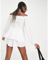 Missguided Tuta corta bianca arricciata con scollo alla Bardot e volant - Bianco