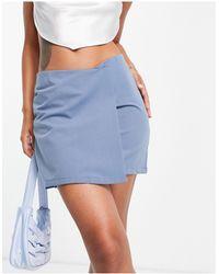 In The Style Minifalda azul con detalle cruzado de