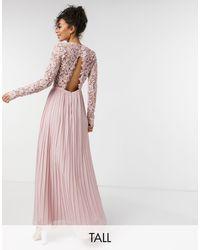 Chi Chi London Robe longue en dentelle avec dos festonné - Rose