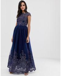 Chi Chi London Vestido de graduación largo de encaje azul marino con escote Bardot y bordados Premium - Rojo