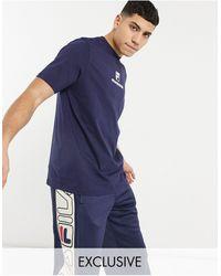 Fila In esclusiva per ASOS - T-shirt da calcio con logo sul petto blu navy