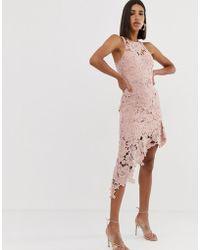 Love Triangle - Vestido midi de encaje con cuello halter y falda asimétrica en rosa - Lyst