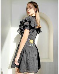 Reclaimed (vintage) Inspired - Robe col montant avec fleurs brodées et détail en entelle - Bleu