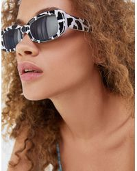 Bershka Occhiali da sole con lenti rettangolari e stampa pezzata monocromatica - Multicolore
