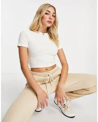 ASOS T-shirt crop top slim avec surpiqûres sur le devant - cassé - Blanc