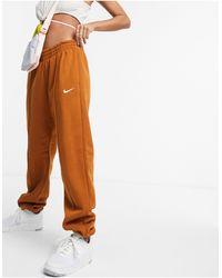 Nike Joggers oversize con logo piccolo marrone melanzana