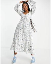 Miss Selfridge Платье Миди С Присборенным Вырезом Сердечком И Синим Цветочным Принтом -белый
