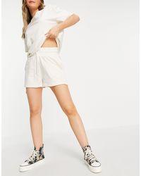 Chelsea Peers Short confort oversize (pièce d'ensemble) - Blanc cassé - Multicolore