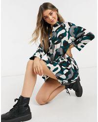 Monki Moa - Robe chemise courte en matière recyclée à motif abstrait - Multicolore - Noir