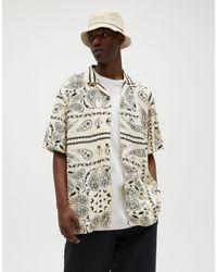 Pull&Bear – Hemd mit Reverskragen mit Bandana-Muster - Gelb