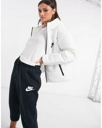 Nike – Wattierte Jacke mit Swoosh-Logo hinten - Weiß