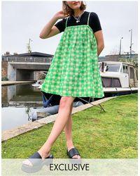 Collusion – Mini-Sommerkleid aus Seersucker mit Vichykaro und Trapezschnitt - Grün