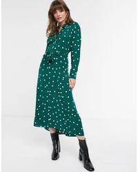 & Other Stories – Dunkelgrünes Midi-Hemdkleid mit Punktmuster und gebundener Vorderseite