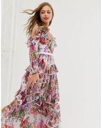 Needle & Thread Vestido largo con hombros descubiertos y volante en un estampado floral en toda la prenda - Blanco