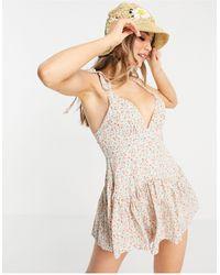 Love Triangle Vestido corto con falda pantalón, estampado floral multicolor y tirantes anudados - Neutro