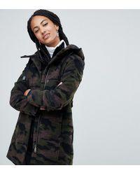 Esprit Abrigo con estampado de camuflaje y capucha - Verde