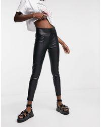 Bershka Pantalon ajusté en imitation cuir - Noir