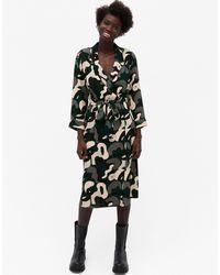 Monki Andie - Robe chemise mi-longue en matière recyclée à motif abstrait - Noir