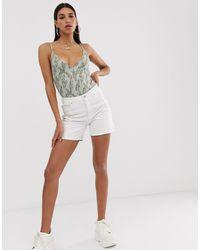 NA-KD – e Shorts mit Bahnendesign - Weiß