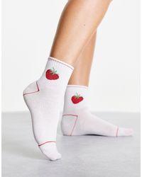 Monki Lotta - chaussettes en coton mélangé biologique à fraise brodée - Blanc