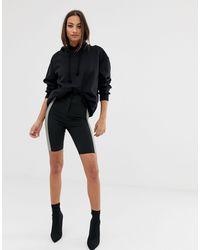 ASOS – Figurbetonte Shorts mit seitlichem Einsatz - Schwarz