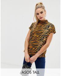 ASOS Top de manga corta con cuello subido y estampado animal de tigre de ASOS DESIGN Tall - Multicolor
